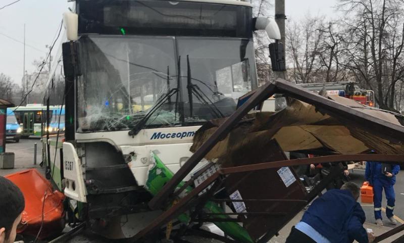 Наезд на остановку у метро в Москве снял видеорегистратор автобуса