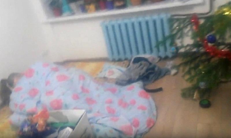 Как в кино: женщина нашла дома на полу рядом с елкой незнакомого мужчину