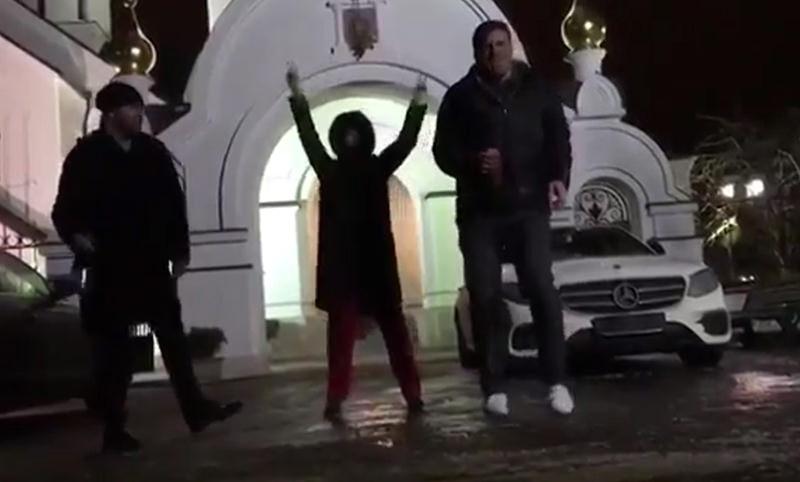 В РПЦ танец Собчак у церкви назвали