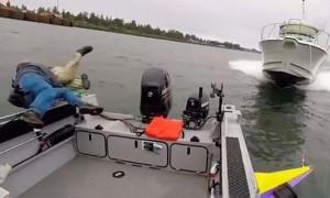 Рыбаки выпрыгнули из лодки за миг до столкновения с разогнавшимся катером