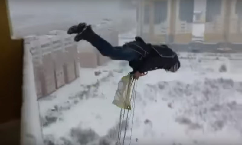 Россиянин прыгнул сбалкона, поймал ветер иостался жив