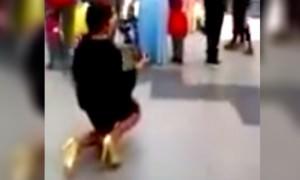 Девушка на коленях сделала парню предложение руки и сердца в торговом центре