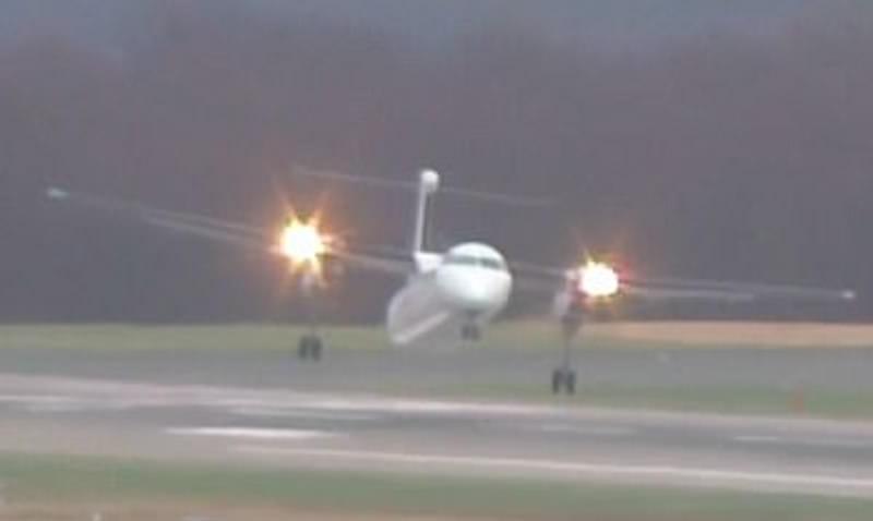 Пилот сажал самолет боком из-за ураганного ветра в Амстердаме