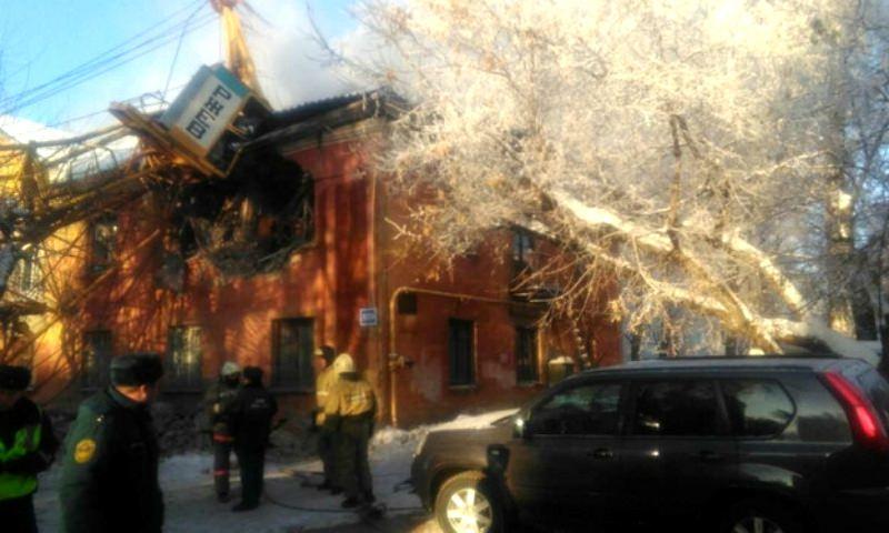 Рухнувший в Кирове кран заблокировал крановщика в кабине