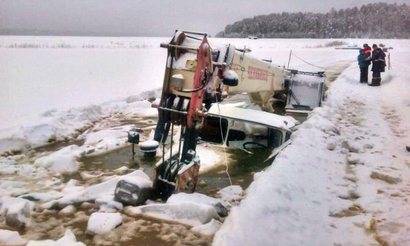 В Лене утонул трактор, вытаскивающий изо льда бензовоз и автокран