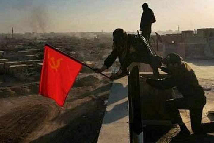 Флаг СССР подняли в честь освобождения сирийского города Ракка от боевиков ИГ