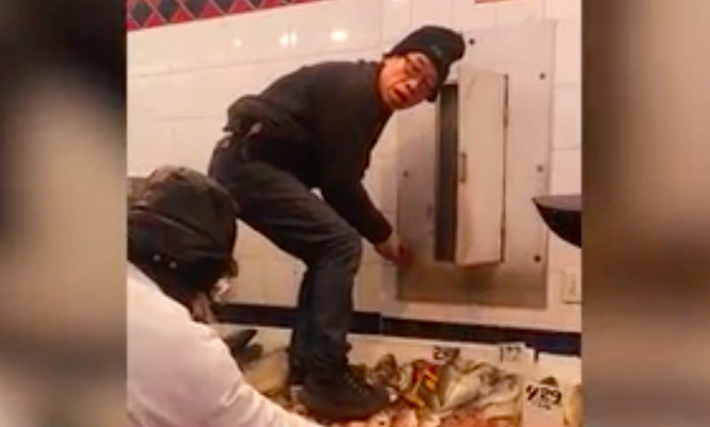 Посетители рынка сняли на видео, как работник чистит ботинки, стоя на рыбе