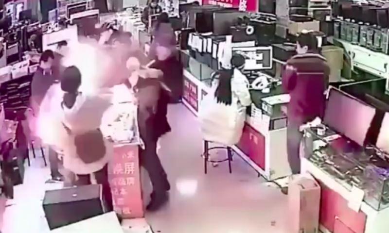 Укусивший iPhone покупатель вызвал мощный взрыв в магазине