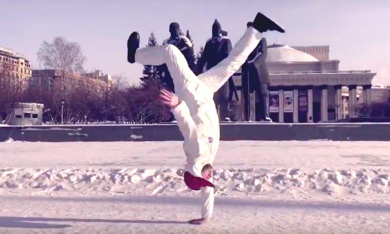 Горячий брейк-данс выдали танцоры в майках при -30 в Новосибирске