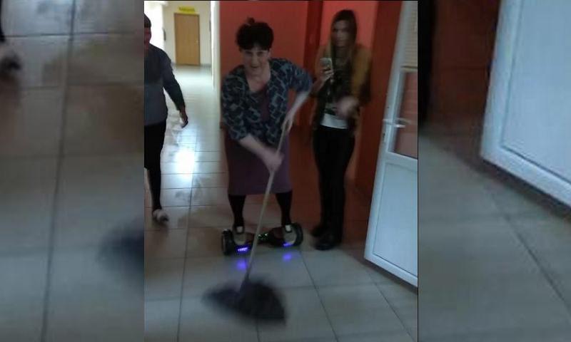 В Оренбургской области женщина убирала помещение на гироскутере
