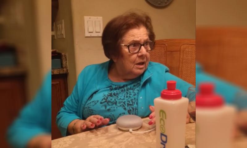 «Ок, ку-ку!»: бабушка освоила девайс Google в85 лет