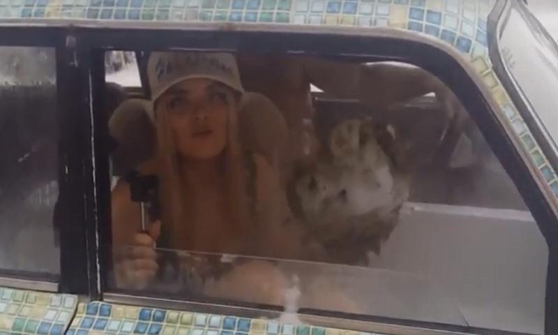 Блондинка-сибирячка устроила баню в ВАЗ-2104