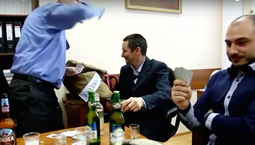 Водка, карты и стриптиз: Минлесхоз Оренбуржья снял скандальный клип о