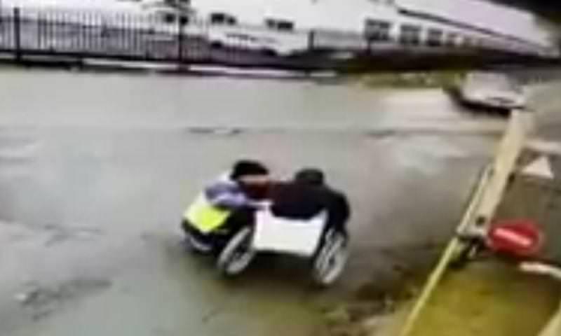 Пьяный водитель на полной скорости сбил помогающего инвалиду мужчину