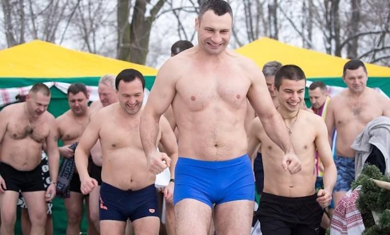 Виталий Кличко поделился фотоснимками купания вледяной воде наКрещение