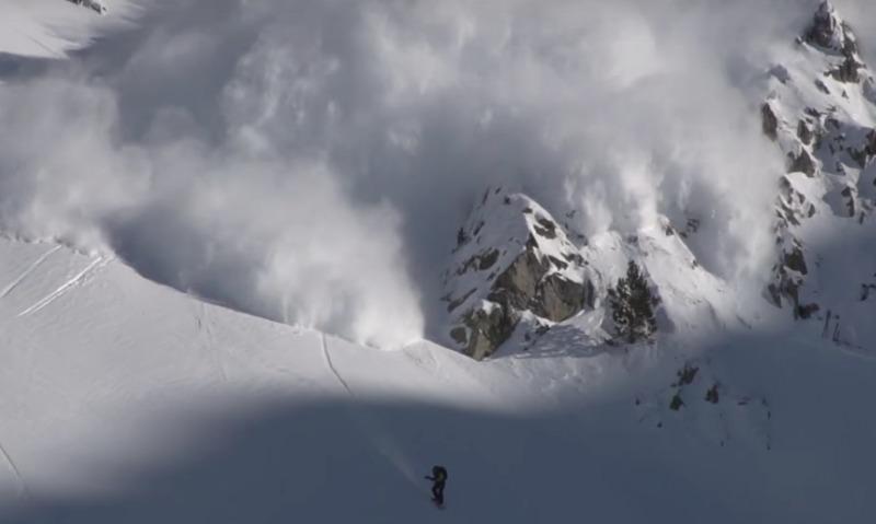 Видео: в Пиренеях сноубордист вызвал лавину и еле спасся от нее