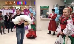 Боксер Денис Лебедев отметил рождение долгожданного сына танцами с казаками