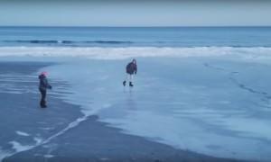 Опубликовано видео катания мужчины на коньках по пляжу