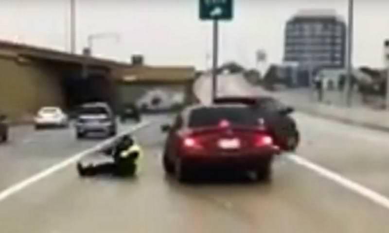 Поскользнувшийся полицейский ловко увернулся от неуправляемой машины