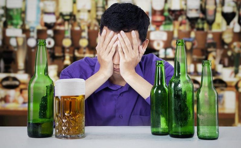 Трезвенники предложили клеить на бутылки с алкоголем страшные картинки