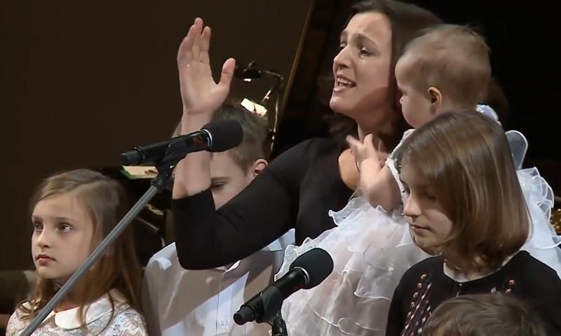 «Пусть папа услышит»: бывшая жена Цыганова вывела на сцену его семерых детей