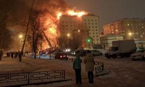 В Тюмени горит фасад многоэтажки на площади 700 метров квадратных