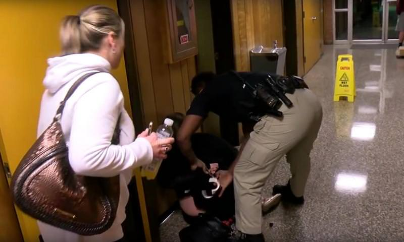 На спросившую о своей зарплате учительницу надели наручники