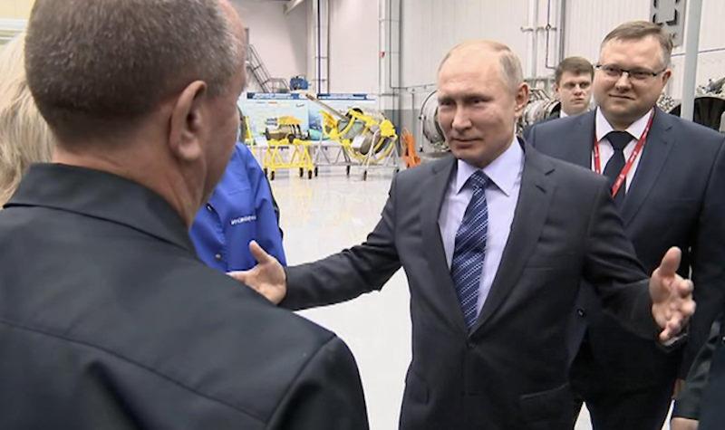Путин обнял попросившего награды рабочего