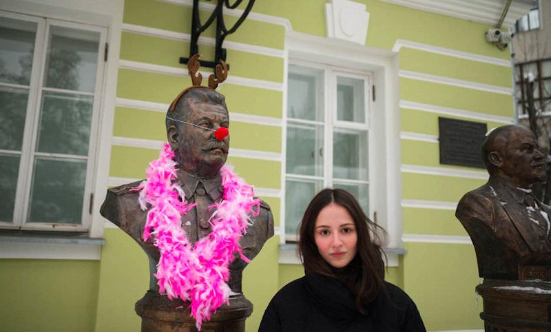 Скандальный депутат нарядила Сталина, Грозного и Николая II клоунами