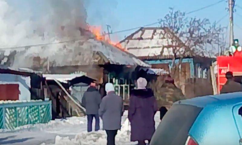 Ревнивец сжег дом с семью жильцами внутри в Минусинске
