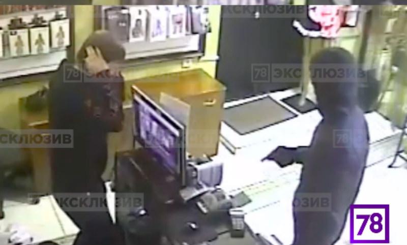 Налет на секс-шоп в Петербурге был снят камерой наблюдения