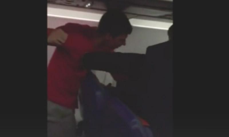 Пьяного дебошира побили в самолете Москва-Красноярск