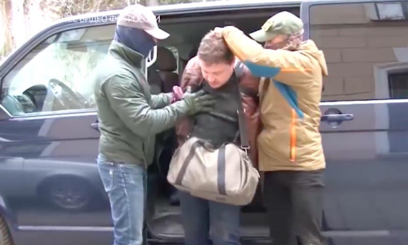 Сотрудники ФСБ жестко задержали украинского шпиона в Крыму