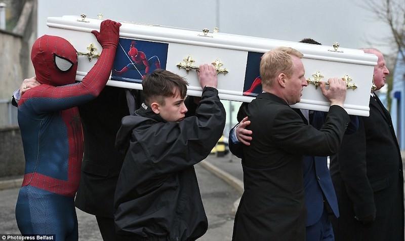 Человек-Паук нес гроб утонувшего в Великобритании мальчика
