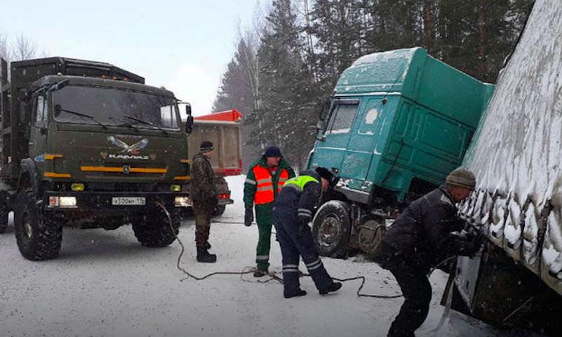 Замерзающего дальнобойщика спасли иркутские полицейские