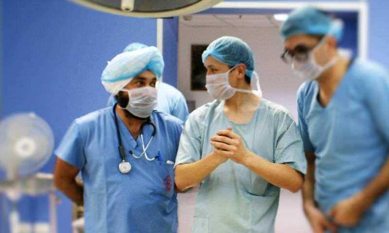 Врач 8 часов сдавливал вену пациента в ожидании хирурга