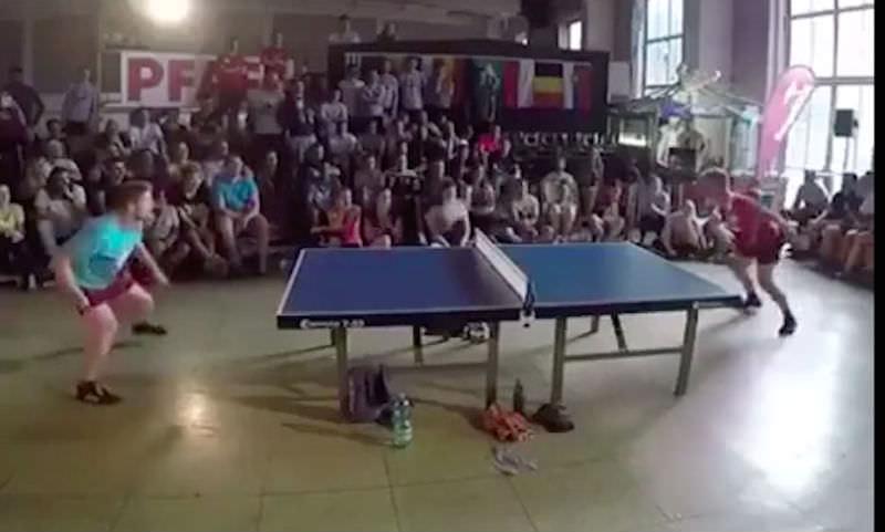 Парни показали высший класс, играя настольный теннис головой