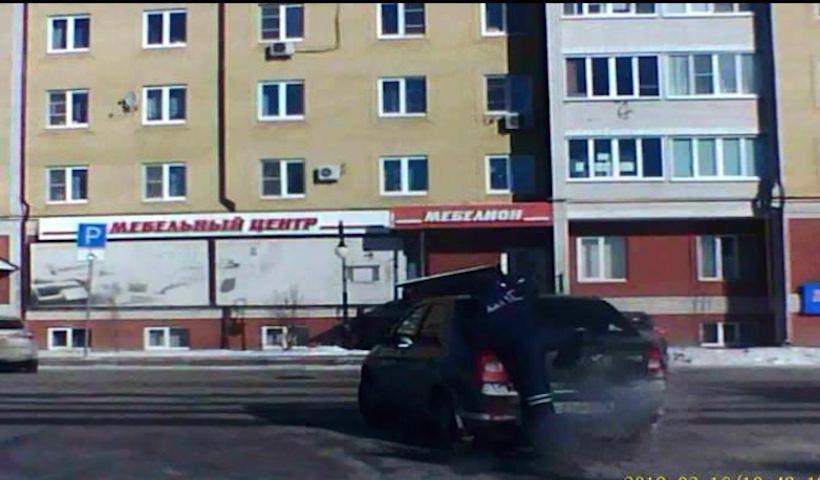 Инспектор ДПС задержал угонщика, запрыгнув в машину через заднее стекло