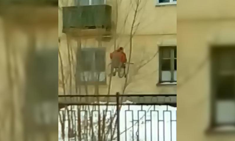 Отчаянный инвалид-колясочник придумал способ, как подняться домой по стене