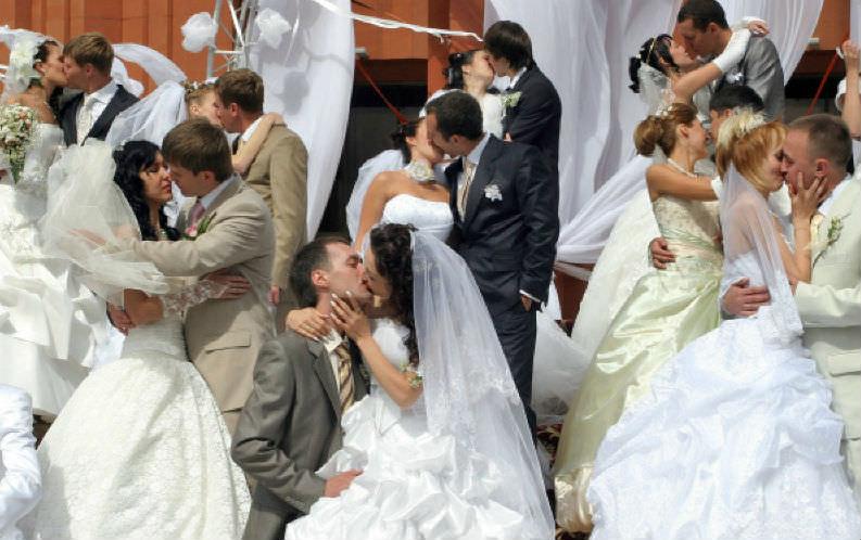 Россияне вышли из свадебного кризиса: больше браков, меньше разводов