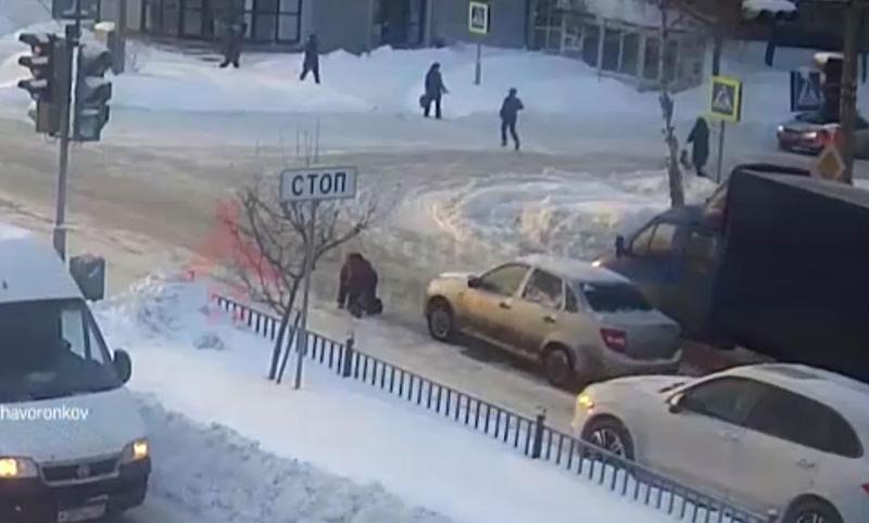Женщина упала на зебре, а водитель поехал прямо по ней