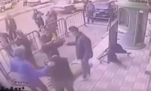 Полицейские успели поймать ребенка, выпавшего с третьего этажа дома