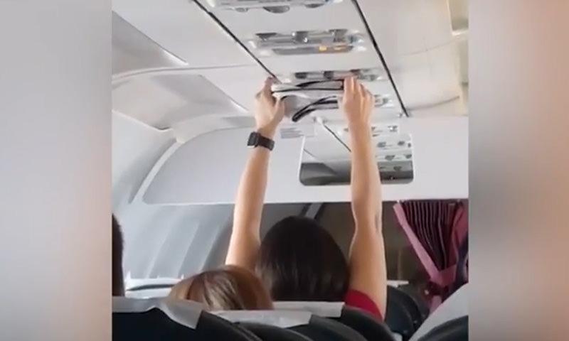 Без комплексов: женщина просушила трусы под кондиционером в самолёте