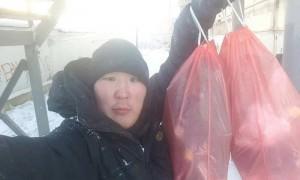 Доброволец в Якутии собирает мусор на улицах и помогает многодетным семьям