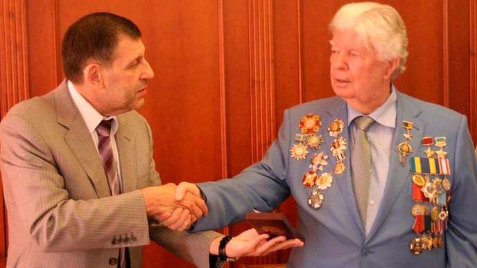 Назло украинским националистам: отец Порошенко надел все свои советские награды