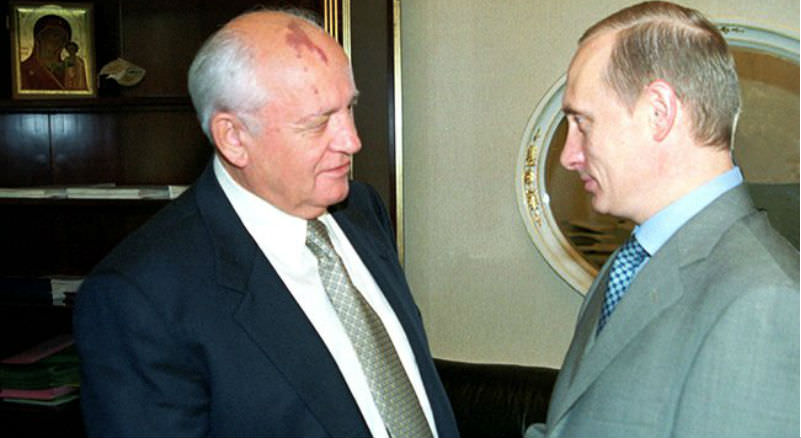 «Ипьянствует, итанцует». Горбачев высказал негодование тем, как «веселится» Путин