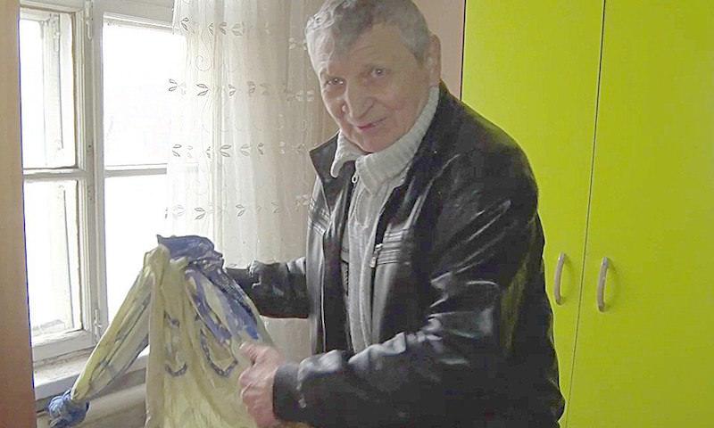 Пенсионер на простынях спустил жену-инвалида из горящего дома