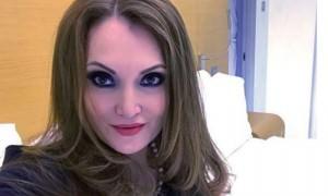 Депутат патриотично покрасила ногти и спела гимн России