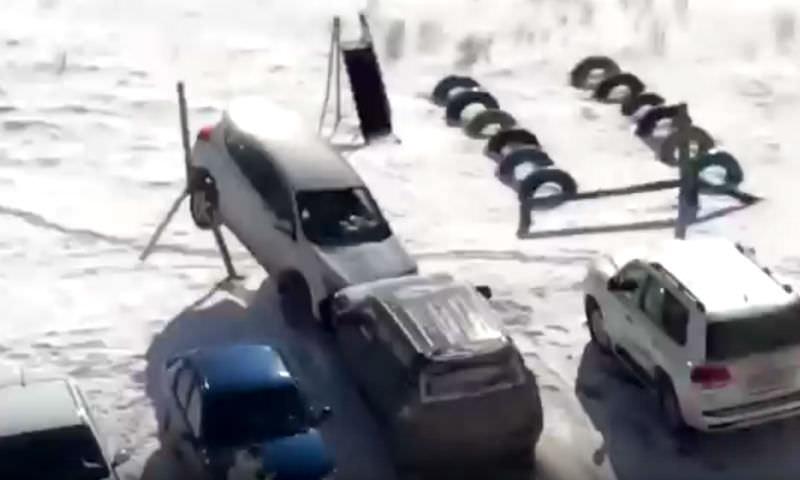 Водитель на джипе разнес парковку в Челябинске