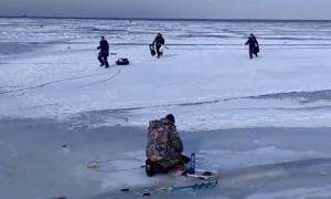 Как в боевике: Рыбаки чудом спаслись на льду в Питере